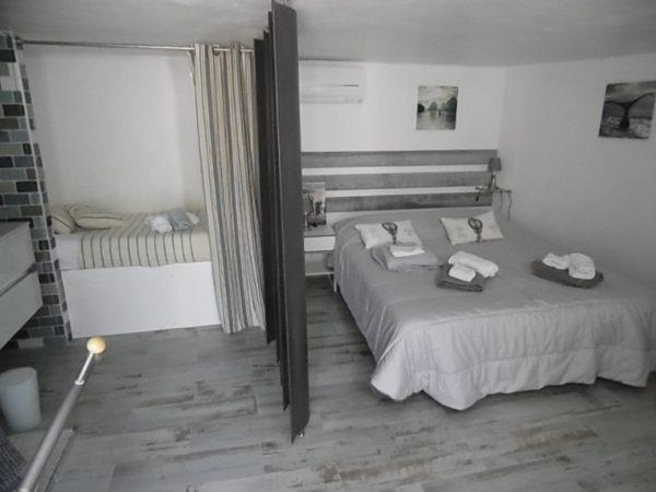 Chambre 4 - 3 personnes. 1 lit double (180x200) et un lit simple (90x200)